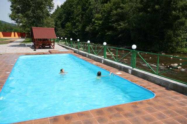 ae1331aabdcb Біля басейну організовано все для відпочинку - це й лежаки, на яких можна  поніжитись та позасмагати під теплими променями сонця, й альтанки, ...