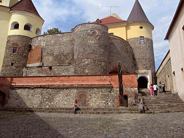 Экскурсии: Ждениево - Мукачево (замок) - Берегово ...: http://smerekoviy-dvir.com.ua/ru/ekskursii/mukachevo-beregovo/